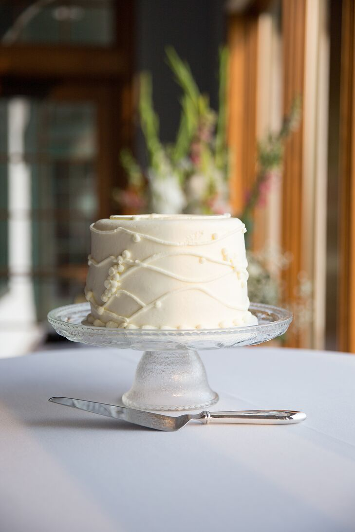 The couple's single-tier wedding cake from Buttercream was flavored strawberry-banana split.