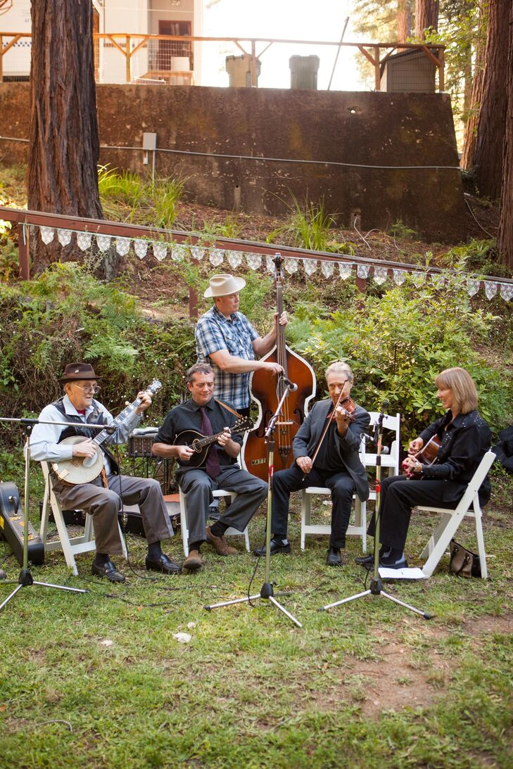 Lovers of bluegrass music, Ellen and Michael decided to kick the post-ceremony festivities off with performances from a live bluegrass band — the Mount Diablo String Band. The swinging quintet played a series of lively beats during cocktail hour, while guests sipped Kelly Kölsch and noshed on mouth-watering appetizers like crab cakes, bruschetta and fried baby artichokes and then got guests up and dancing after dinner.