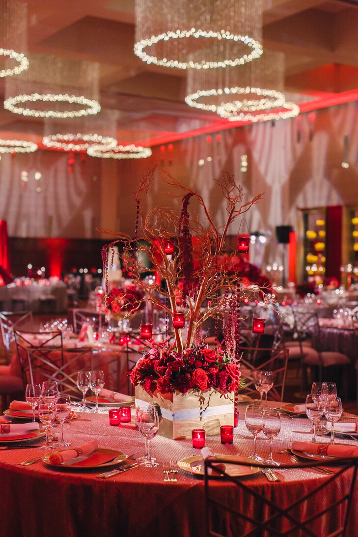 Neutral linens helped emphasize the red floral centerpieces, displayed in boxes.