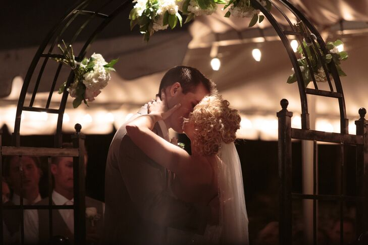 For their first dance, Lindsey and Kris took dance lessons to perform a choreographed number for their guests.
