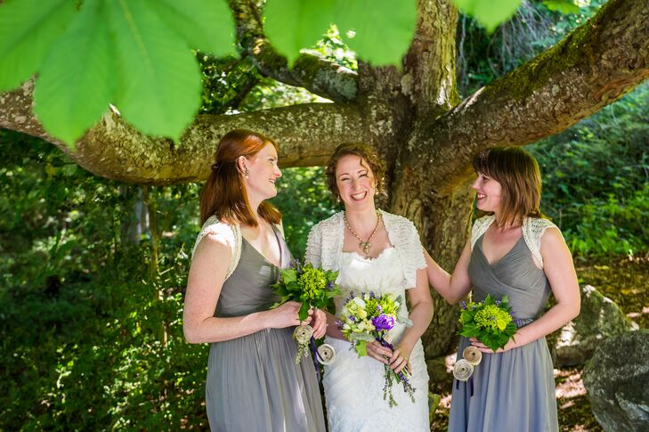 Liz's 'maids wore gray frocks from J.Crew, with added handmade ivory shrugs. The ladies held smaller green arrangements of button mums and hydrangeas.