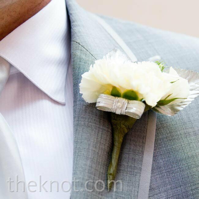 The guys wore cream spray roses with metallic bows.