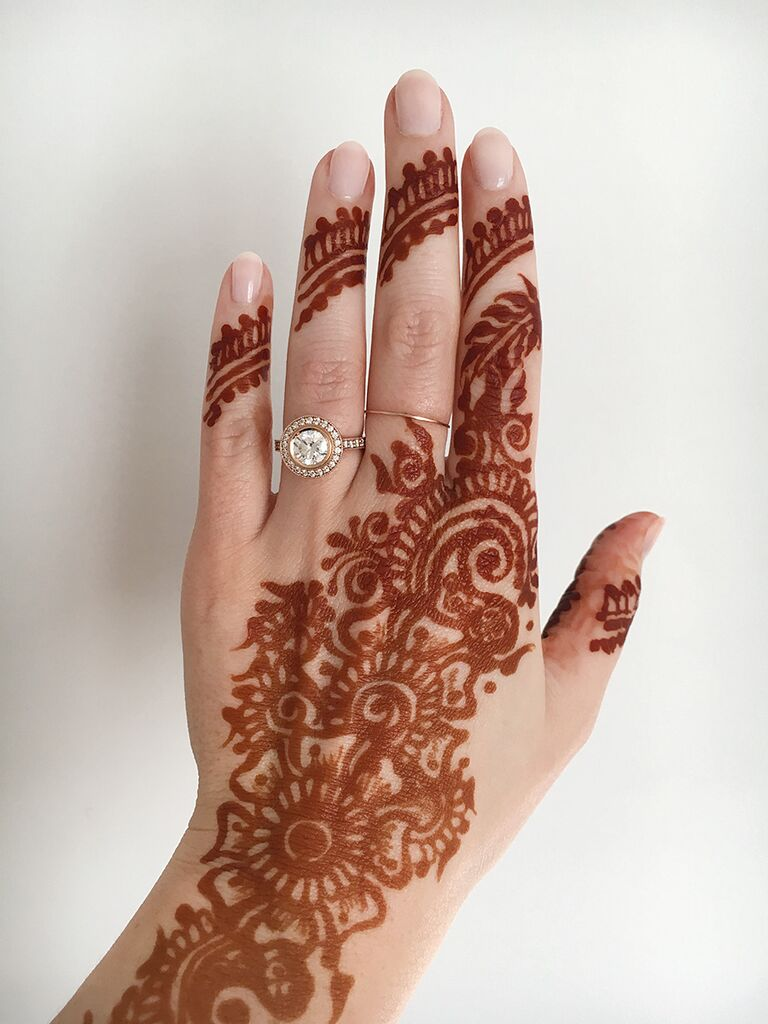 Engagment ring selfie idea with henna