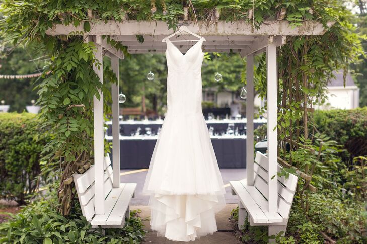 Anna picked out an ivory wedding dress with a trumpet-style silhouette and a V-neck in the front and back. The elegant gown had a long train trailing in the back.