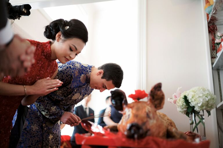 Couple bowing during Chinese tea ceremony