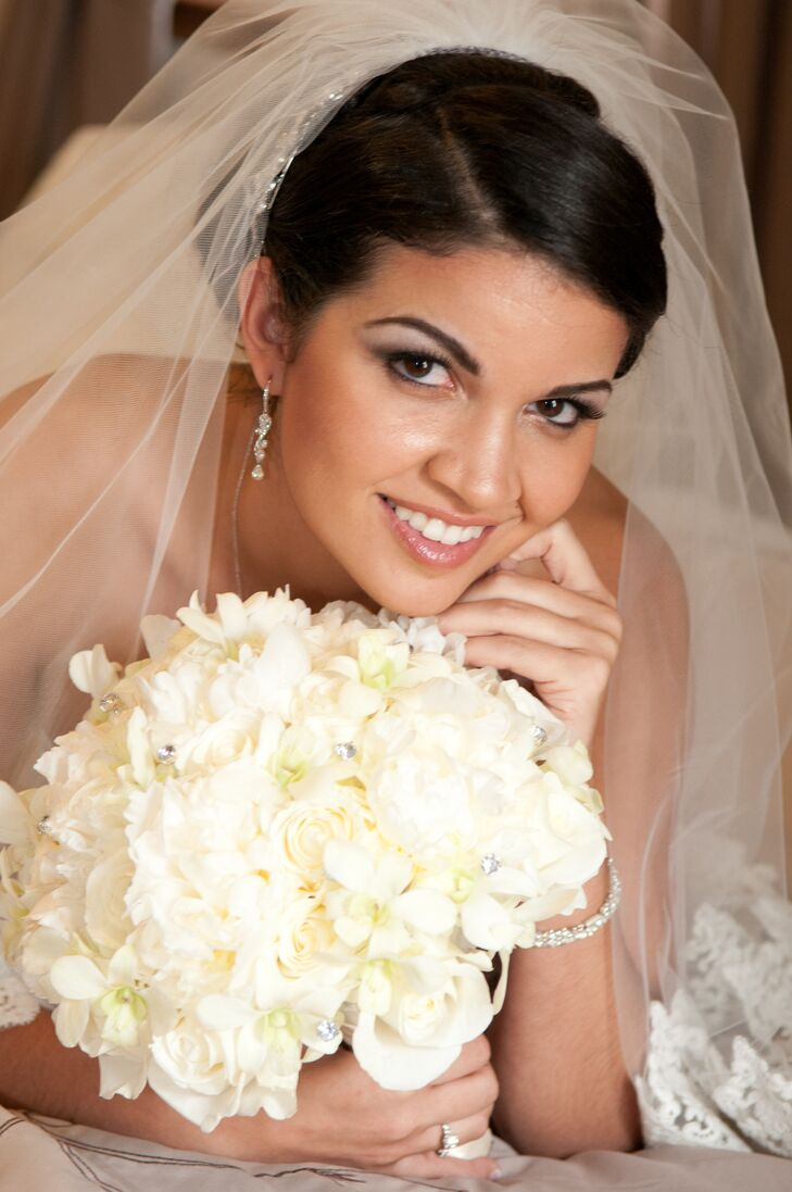 Ana Rita carried an elegant all white bouquet decorated with small glamorous rhinestones.