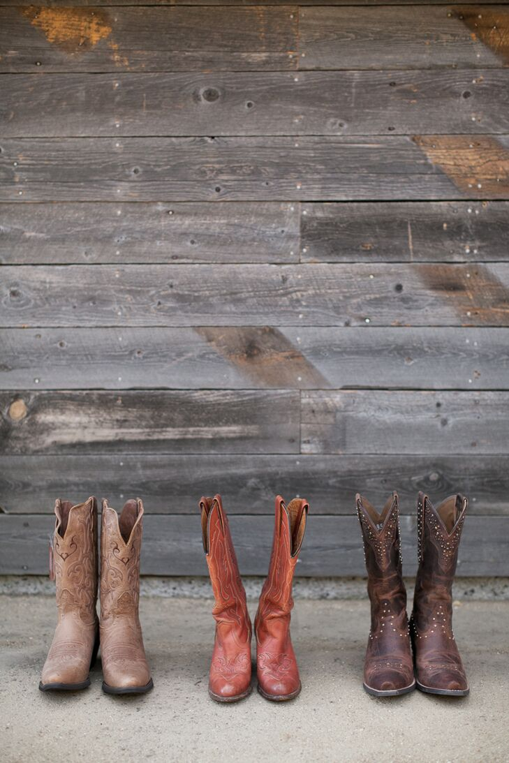 The bride and bridesmaids wore vintage cowboy boots in different hues. In addition to the boots, bridesmaids wore knee-length emerald green dresses while the Nicole wore her champagne-colored wedding dress accented with lace.