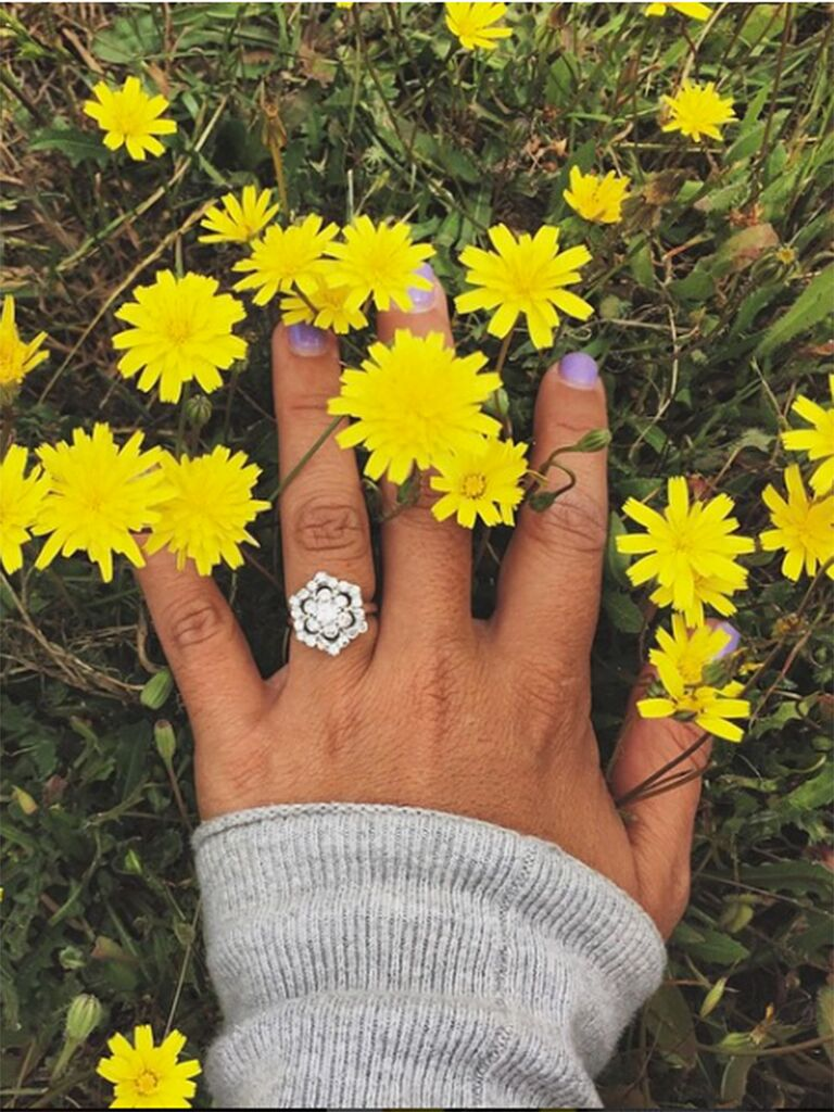 Engagement ring selfie idea with daisies