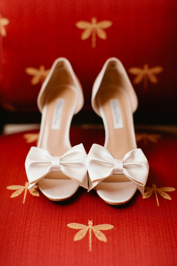 The bow on Sarah's white Oscar de la Renta shoes matched the bow on her dress perfectly.