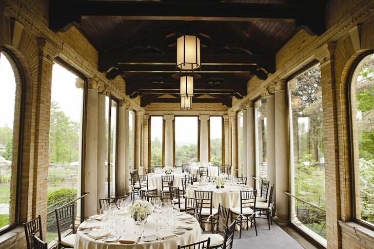 The Italian-inspired architecture of the dining room lent a sophisticated, elegant air to the reception space. A neutral color palette and simple monochromatic floral arrangements added a contemporary touch to the decor.