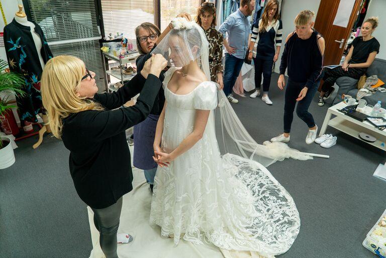bridgerton wedding veil daphne and dress