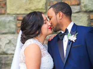 Jennifer Cantú (27 and a kindergarten teacher) and Jarrett Smith (30 and a director of mortgage banking) used a vibrant blue and orange color palette
