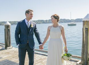 A waterfront backyard in Belfair, Washington, served as the perfect romantic backdrop for this classic elopement, creating a sereneenvironment f