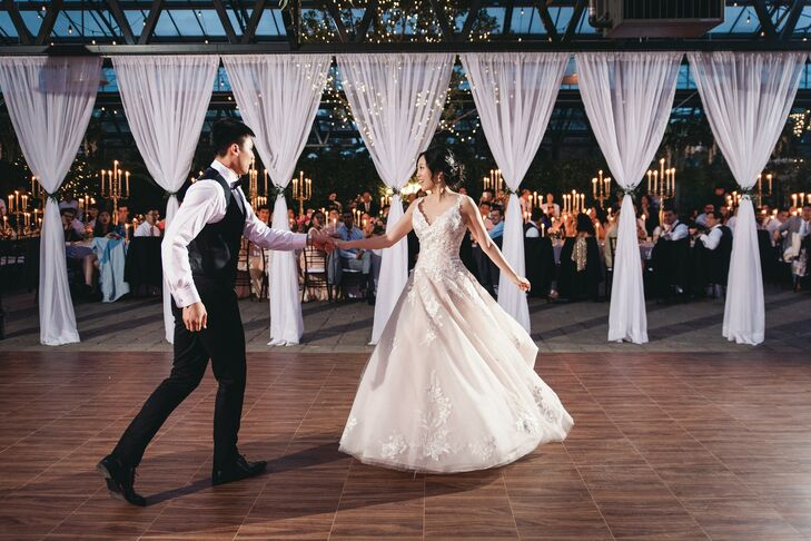 Couple Shares First Dance at Planterra Conservatory in Detroit, Michigan