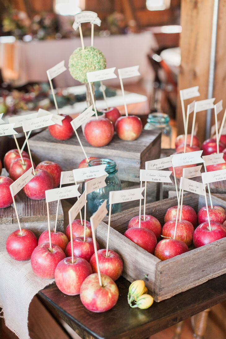 Rather than use paper escort cards, the newlyweds used fresh apples to help guests find their seats.