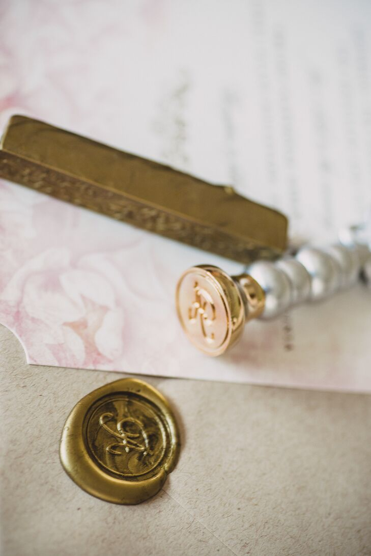 To add a personal touch to the invitations, Erin and Reno sealed each envelope with their monogram on gold wax.