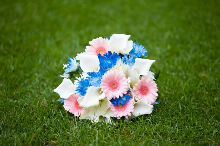 Natalie's bouquet was a mix of pink gerbera daisies, blue spider mums and white calla lilies.