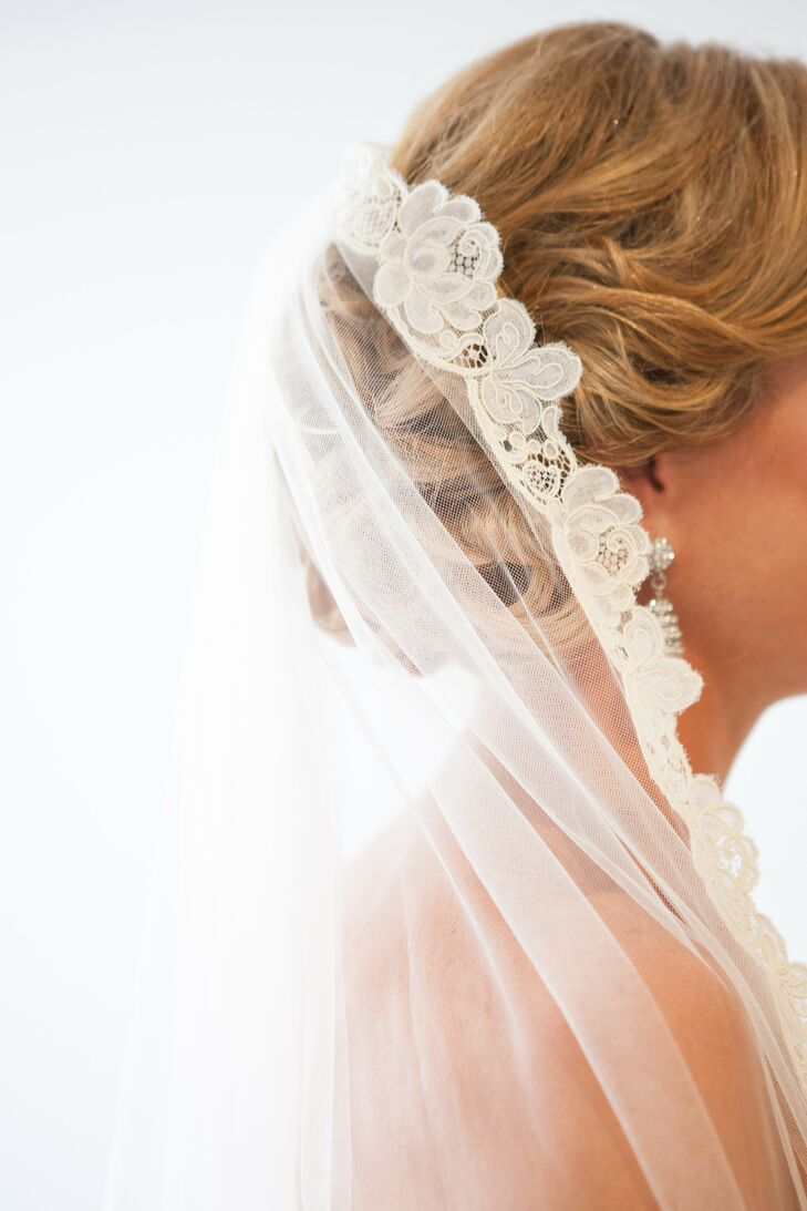 Sarah's something borrowed was a vintage veil that belonged to her mother.