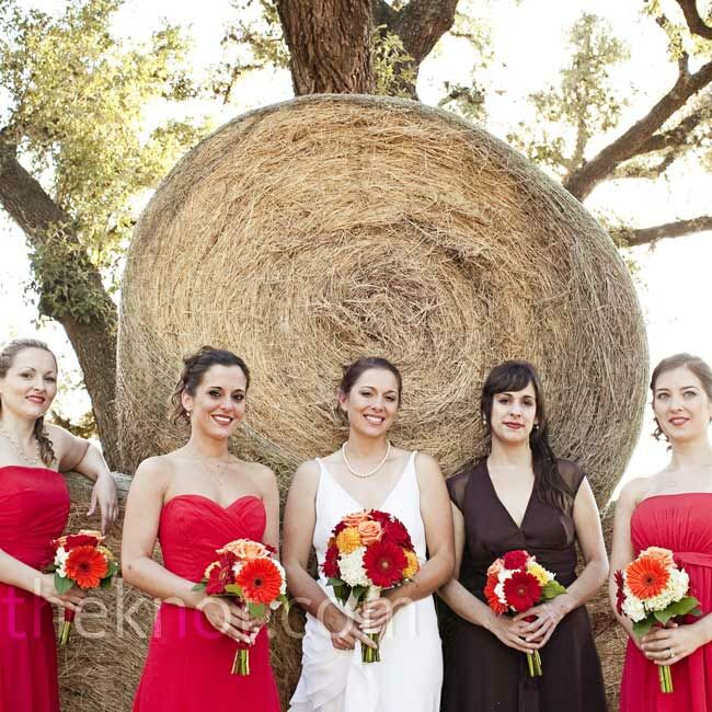 Jessica's sister Jenny was her maid of honor, standing out in a brown chiffon tea-length dress. The other four bridesmaids wore red chiffon tea-length dresses.