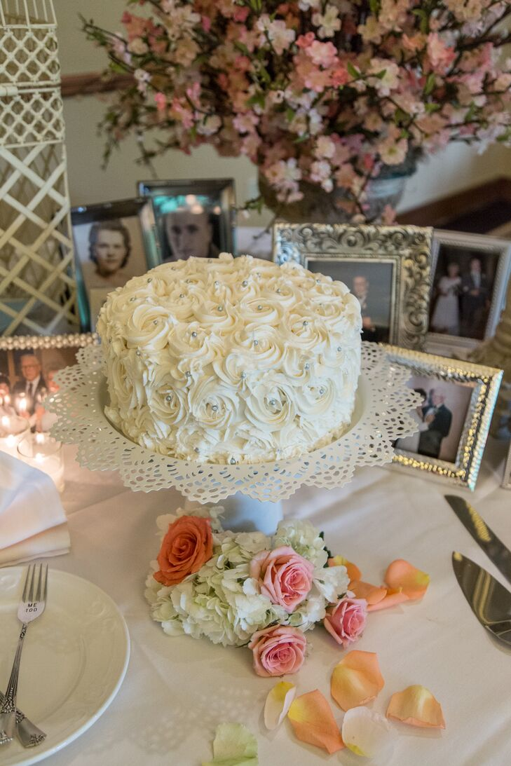 To get the cake-cutting experience, Lindsey and Danny did have a small red velvet cheesecake baked by Lindsey's mother. Decorated with white rose icing, the simple creation was a whimsical touch.