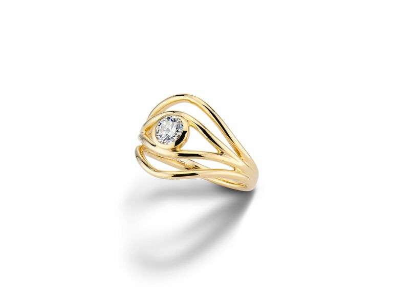 ALMASIKA yellow gold engagement ring with four wavy bands and diamond in bezel setting
