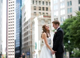 Andrea Conrad (31, an International Program Manager) and Gerry Burke (31, Finance Sales) wanted a summer city wedding, so they chose to hold their cer