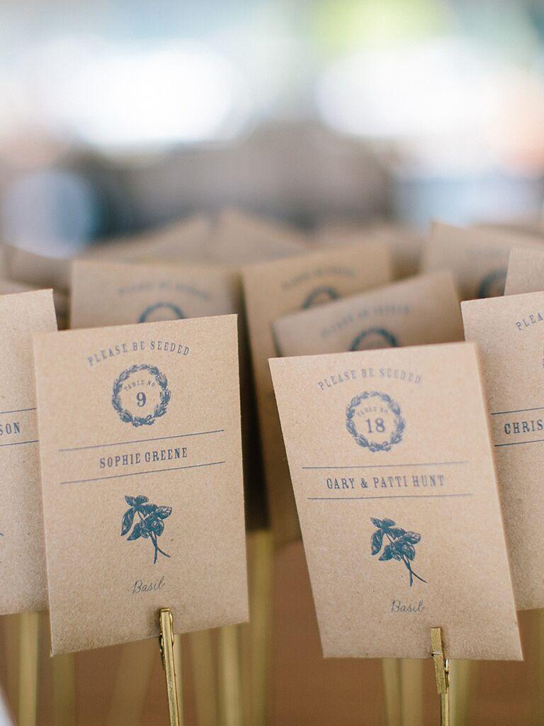 Idée de faveur de mariage rustique avec de simples paquets de graines