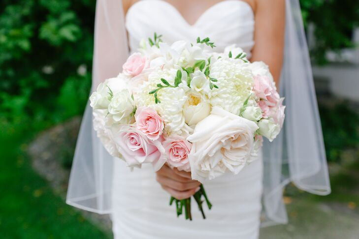 Jennifer carried a soft, romantic white and pale pink rose bouquet.