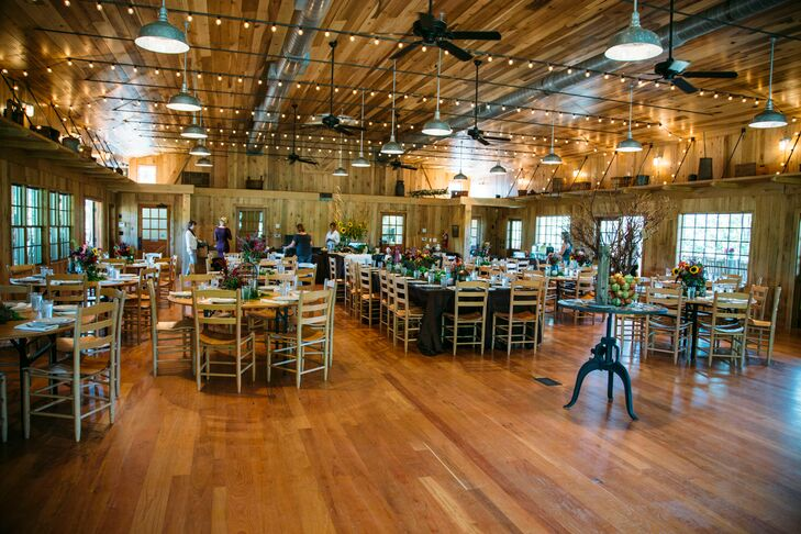 There was no seating chart so guests could trickle in and explor the barn (which had animals to pet!) as they enjoyed their drinks.