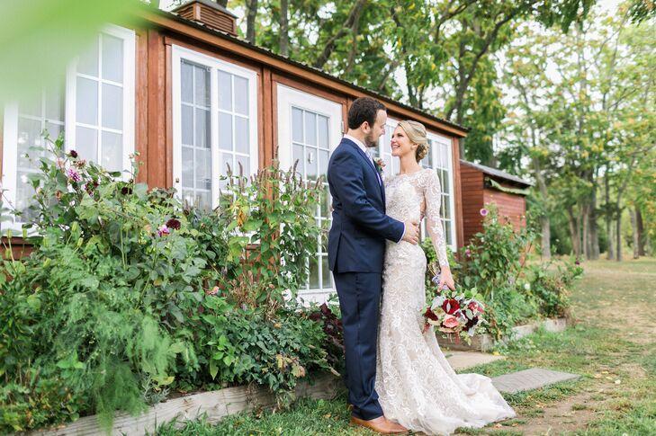Elegant Lace Oleg Cassini Wedding Dress