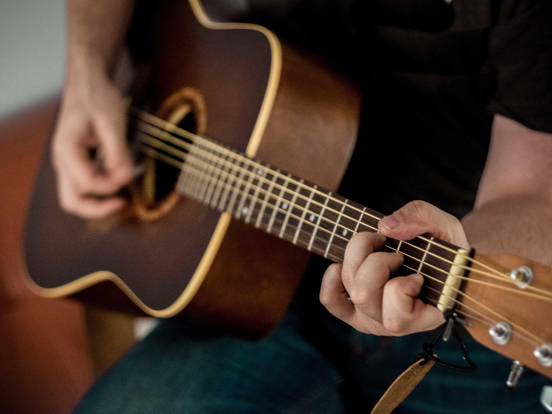 guitar-party-entertainment-unsplash