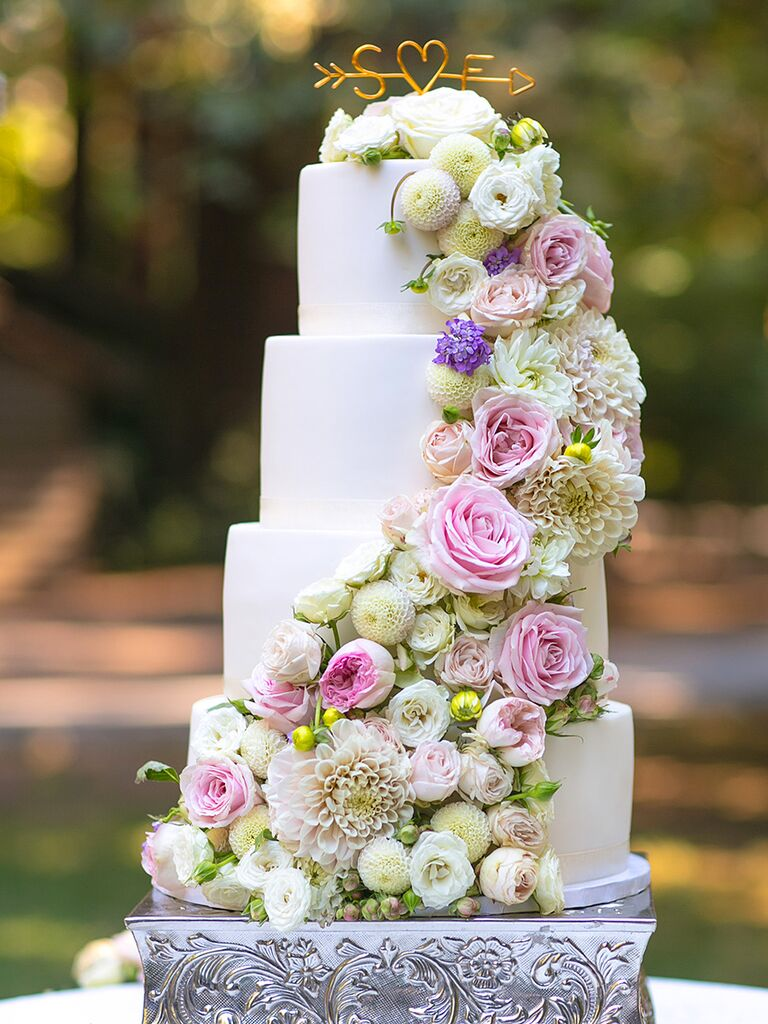 White wedding cake with dahlias, roses and lisianthus