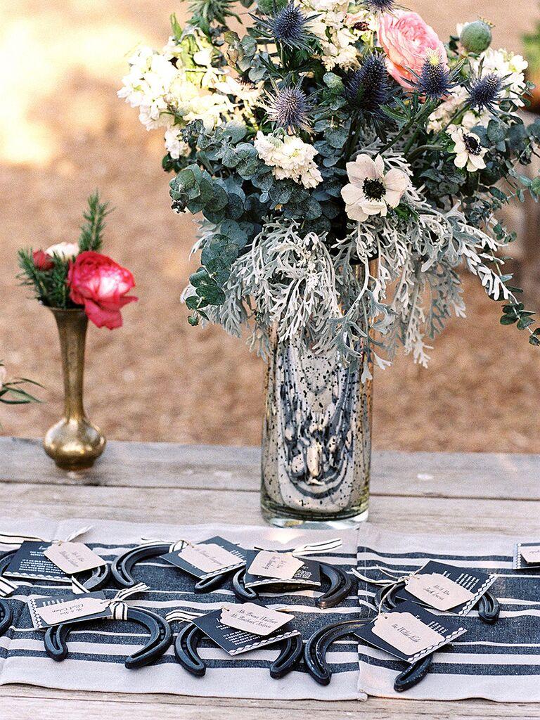 Idée de faveur de mariage rustique avec des fers à cheval d'escorte