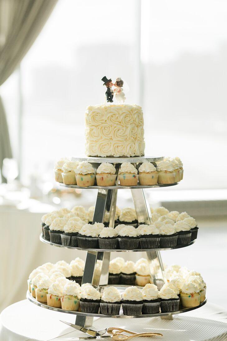 Single-Tier Cake with Cupcakes