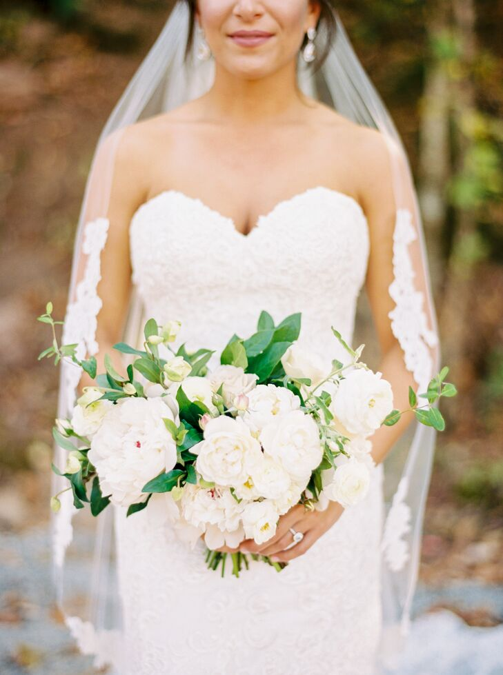 Ali carried an unstructured bunch of fluffy white peonies and natural greenery.