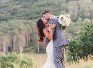 With a palette of ivory, blush and champagne, Kari Klinkenborg (31 and a commercial actress and food blogger) and Ryan Anderson (29 and an NBA basketb