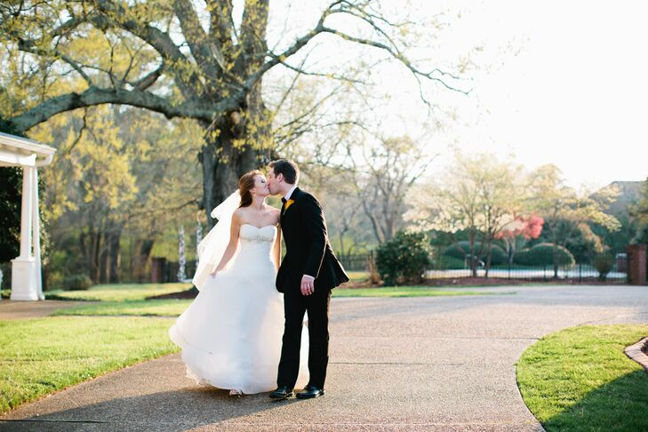 Jessica Bryan (27 and an ER nurse, pianist, and violinist) and Garrett Myers (an insurer and a pianist) chose a classic, romantic theme for their wedd