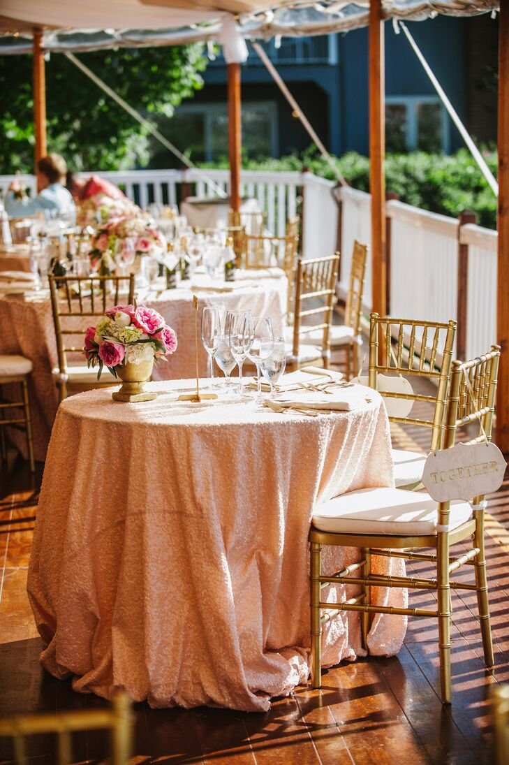 Gold Chiavari chairs and gold flatware added a touch of glam to the outdoor table decor.