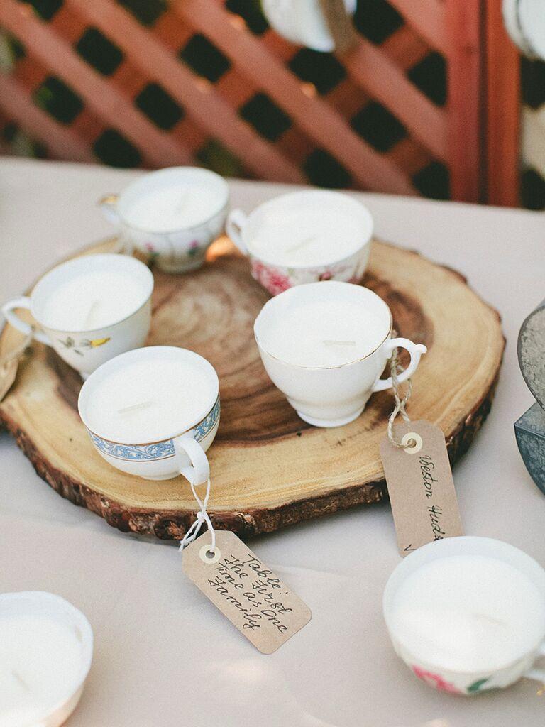 Idée de faveur de mariage rustique avec des tasses à thé vintage et des bougies