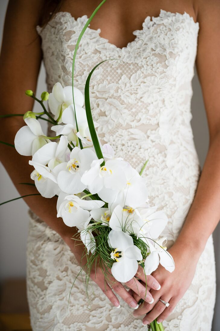 Jennifer carried a bouquet of white orchids, the same flower Seth gave her on the couple's first Valentine's Day together.