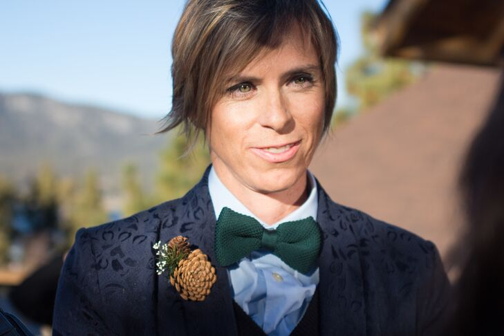 Sara wore an solid green bow tie over her light blue dress shirt that complemented the natural surrounding colors! A navy blue-patterned suit jacket that she wore over the entire ensemble had a pinecone boutonniere pinned to the lapel.