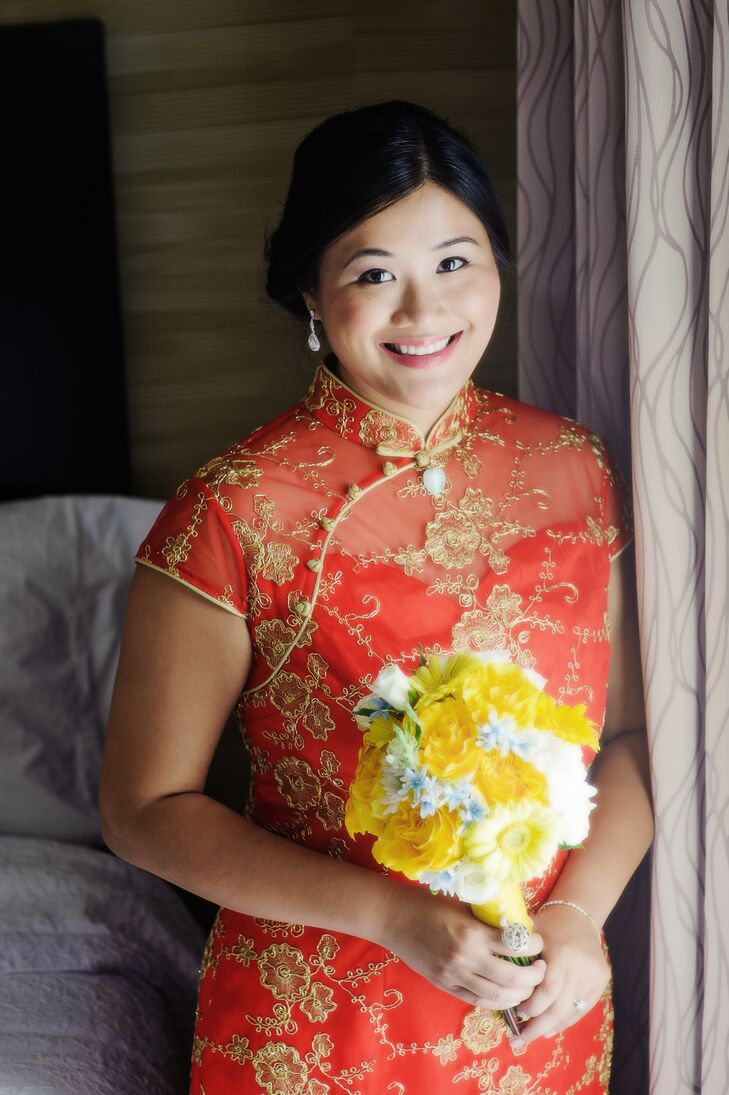 Jennifer wore a traditional Chinese Cheongsam for the traditional Chinese Door Games before the ceremony.