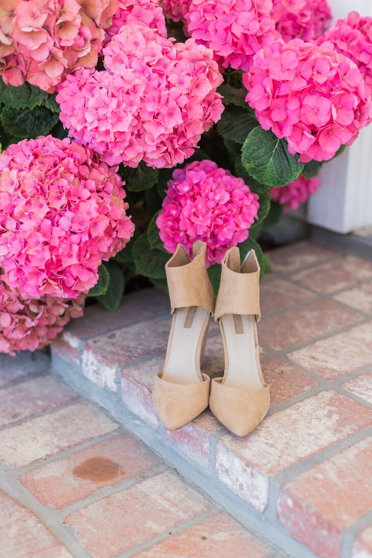 Jenna Mae wore a pair of neutral beige-suede closed-toe heels with a stylish ankle strap.