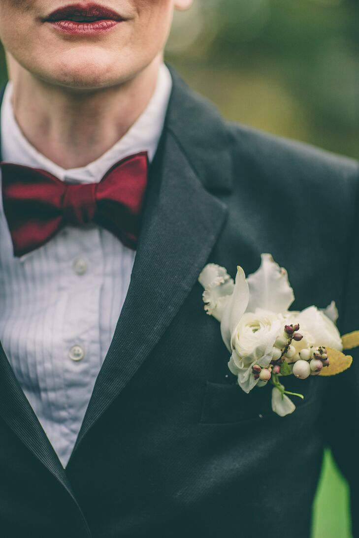 Kellye's boutonniere had a rustic, vintage feel with a cluster of leaves, berries and ranunculuses in shades of ivory, scarlet and dark yellow.