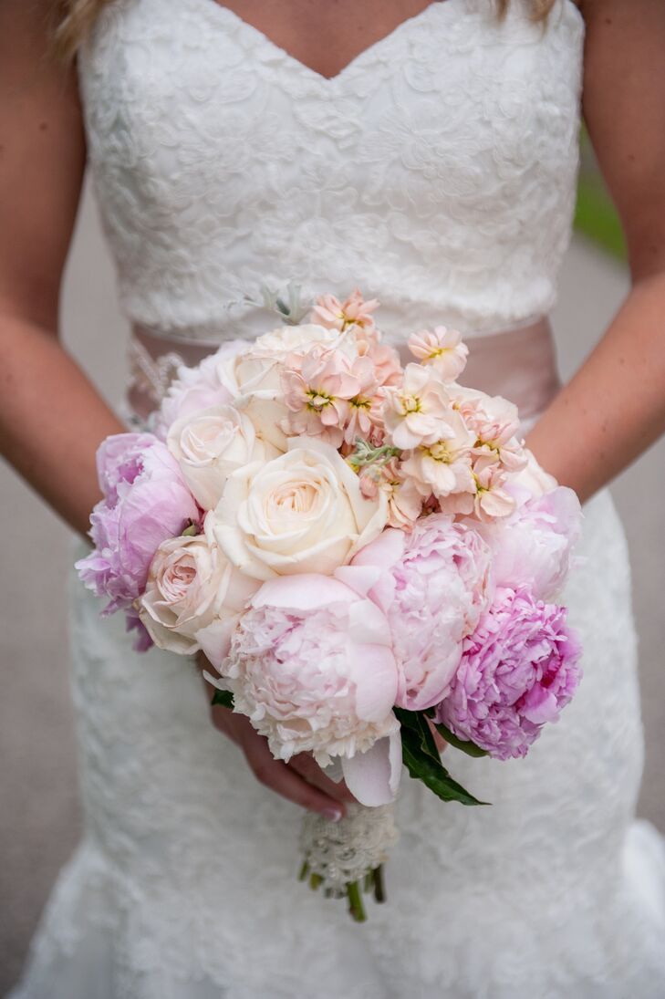 Amber carried a bouquet of peonies and roses in various shades of pink.