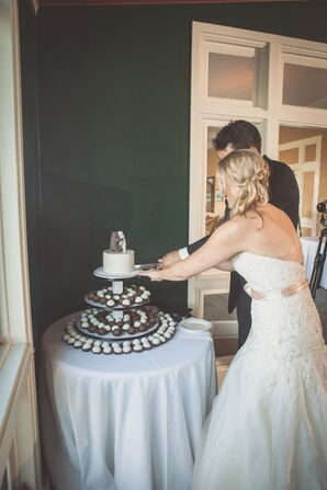 Cutting the Single Tier White Cake