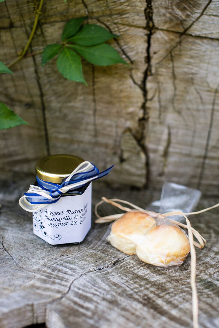 To add to the country-meets-city theme, Dawnyelle and Barry gave their guests personalized jars of jam with biscuits.