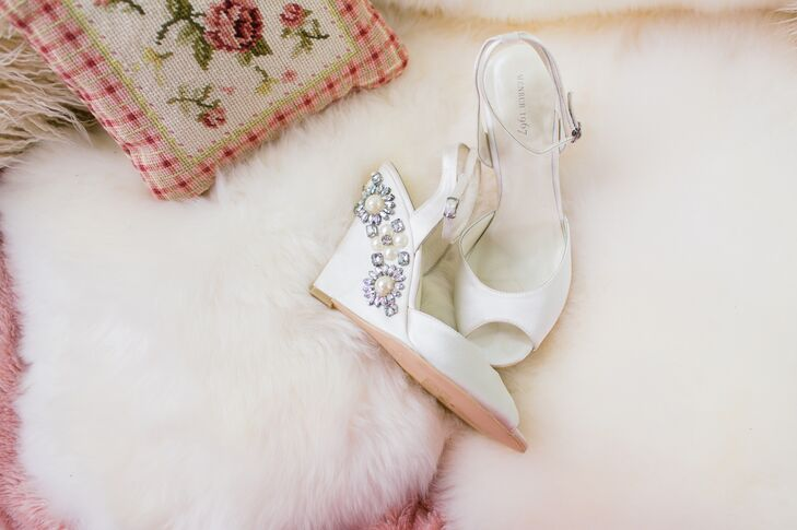 In addition to an ostrich feather shrug, Amanda accessorized with a pair of embellished satin wedge sandals.