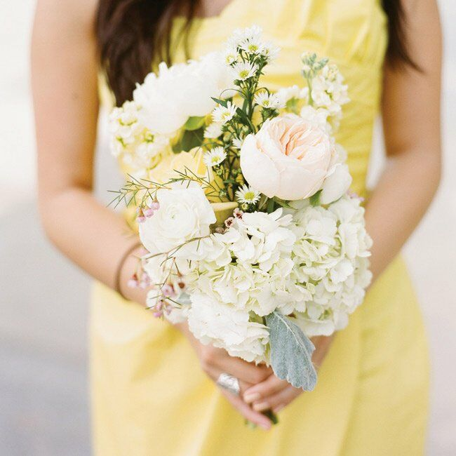 Sarah chose the flowers based on the wedding colors (yellow, ivory, green and light coral). Roses, hydrangeas, ranunculus and peonies were perfect.