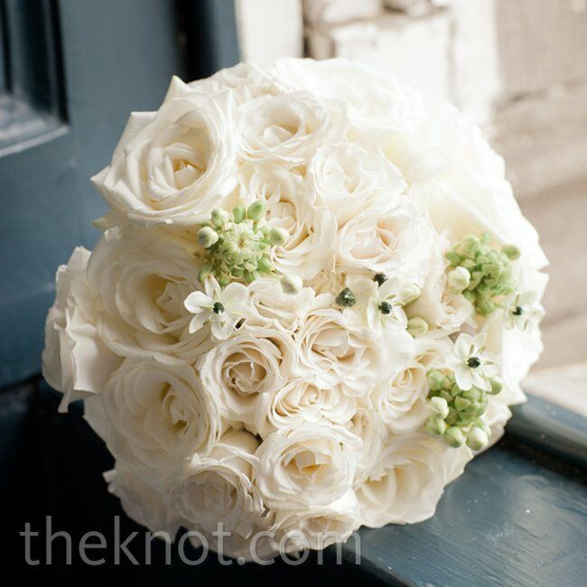 White David Austin roses, spray roses and ranunculus gave Nichole's bouquet a fresh-from-the-garden feel.